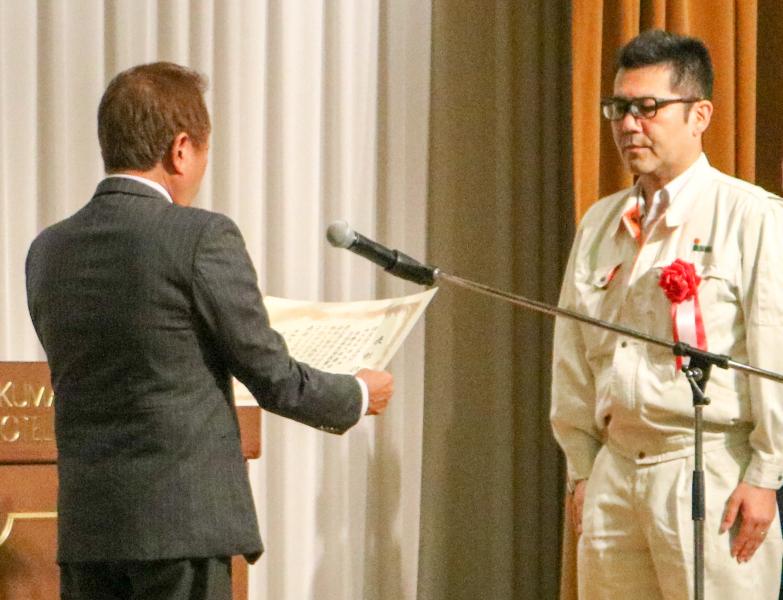 土井支部長より表彰状を受取る坂本所長